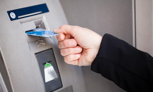 Je v hodnejie zameni si peniaze v banke alebo v zmen rni